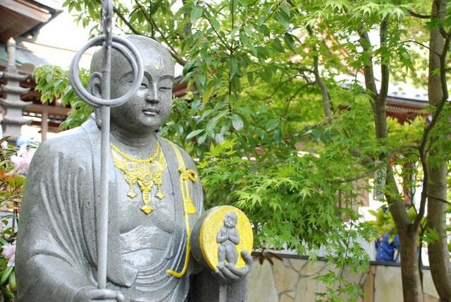 地藏菩萨誓愿宏深,常居幽冥界救拔地狱众生
